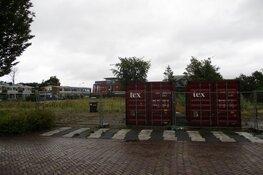 Bouwhekken en bouwbord geplaatst voor de bouw van appartementen aan de Karel Poststraat in Heerenveen