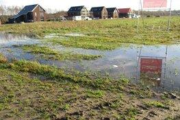 Nat op het land in de wijk Skoatterwald in Heerenveen