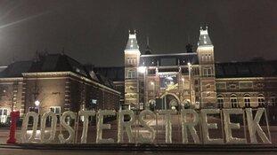 Stunt van Friezen: letters I Oosterstreek op Museumplein Amsterdam