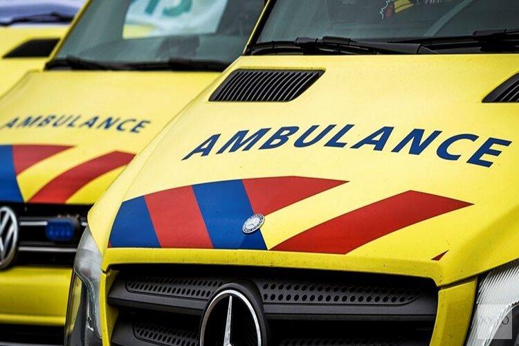 Auto belandt in sloot Langezwaag, bestuurder gewond