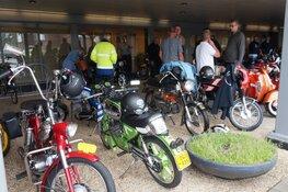 Veel deelnemers aan de start in Heerenveen voor de Toertocht Friesland