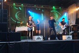 Optreden band Jetset live Oude Koemarkt Heerenveen druk bezocht tijdens Kleintje Koemarkt
