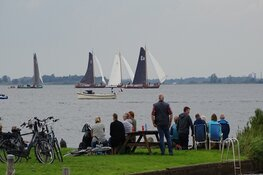 Inhaalwedstrijd IFKS skûtsjesilen bij Echtenerbrug op het Tjeukemeer druk bezocht